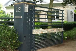 Moderne poort met verlichting